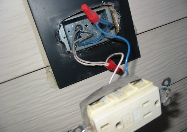 Choosing the Right Electrician Services